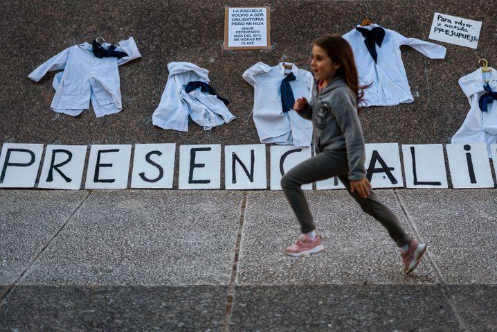 Eine Schülerin demonstriert in Montevideo in Uruguay für Präsenzunterricht