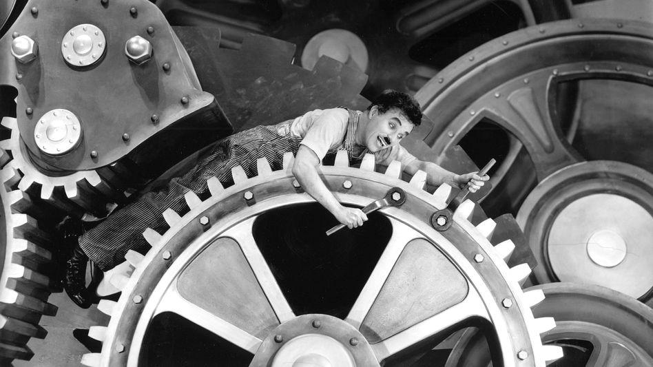"""Charlie Chaplin in """"Modern Times"""" (1936): Zeit des sich potenzierend wachsenden Wahnsinns"""
