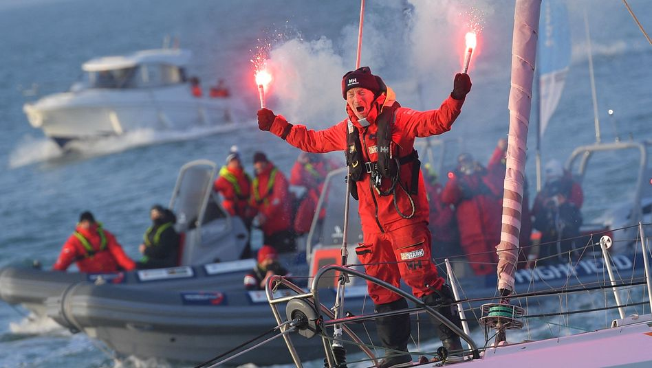 So jubelt ein Letzter: Ari Huusela freut sich über seine Zieleinfahrt bei der Vendée Globe
