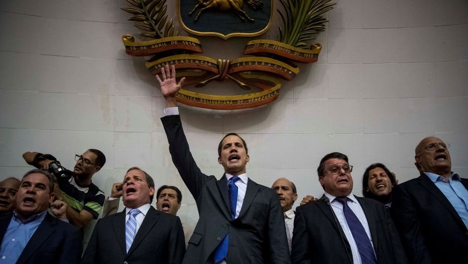 Juan Guaidó (Mitte) im Parlament in Caracas