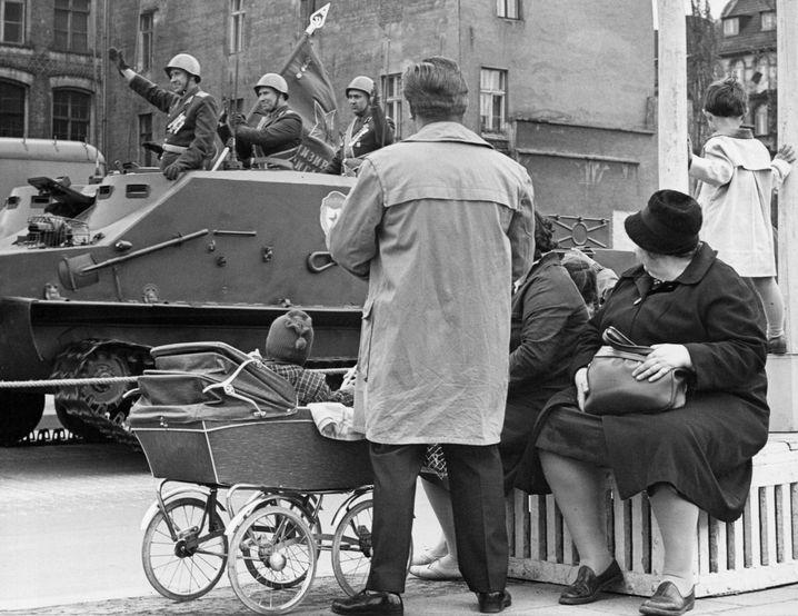Fokus auf den Straßenrand: Parade der Roten Armee 1965 in Ost-Berlin