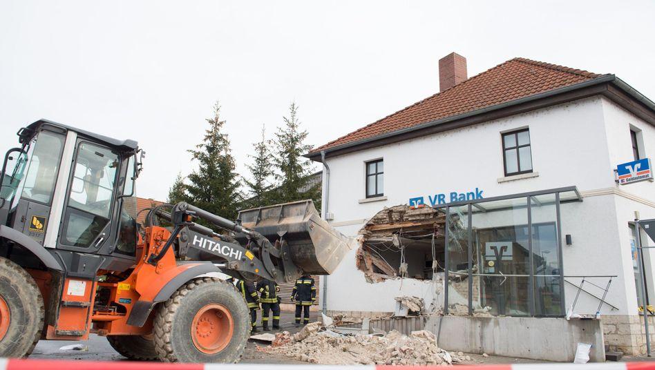 Bankgebäude in Mellingen: Die Täter rückten mit einem Radlader an