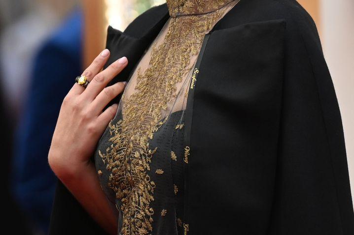Dior-Robe von Natalie Portman: Lulu Wang, Greta Gerwig, Lorene Scafaria und Marielle Heller in goldenen Lettern