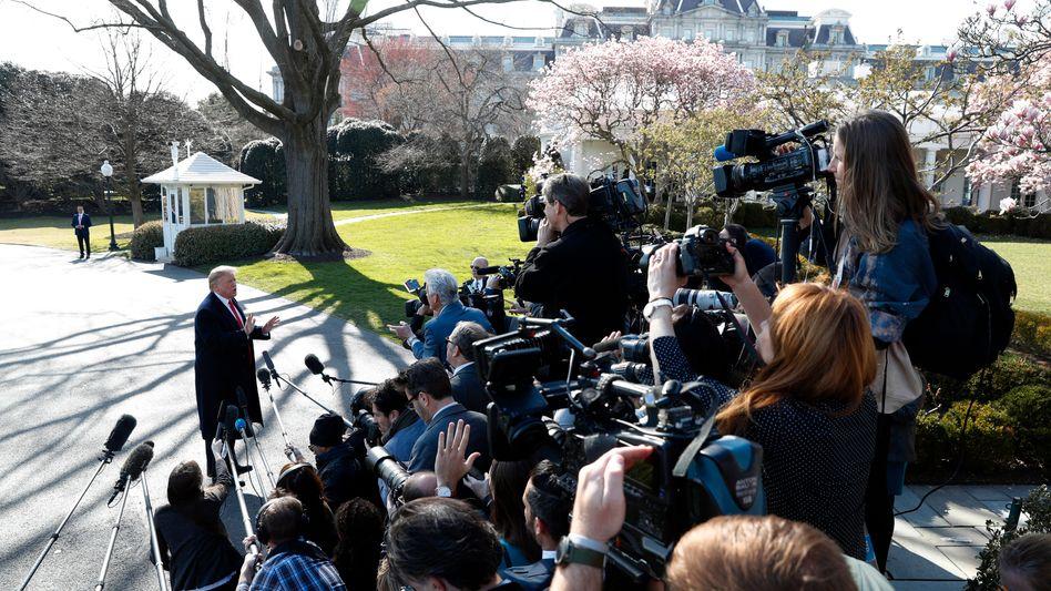 Donald Trump vor Pressevertretern vor dem Weißen Haus