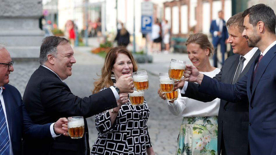 US-Außenminister Mike Pompeo mit Ehefrau Susan und seinem tschechischen Amtskollegen Tomas Petricek (2. v. r.) und dessen Gattin Iva in Pilsen