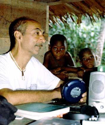 """Louis Sarno spielt Bayaka-Kindern Bayaka-Musik vor: """"Womöglich spricht das etwas Ursprüngliches an"""""""