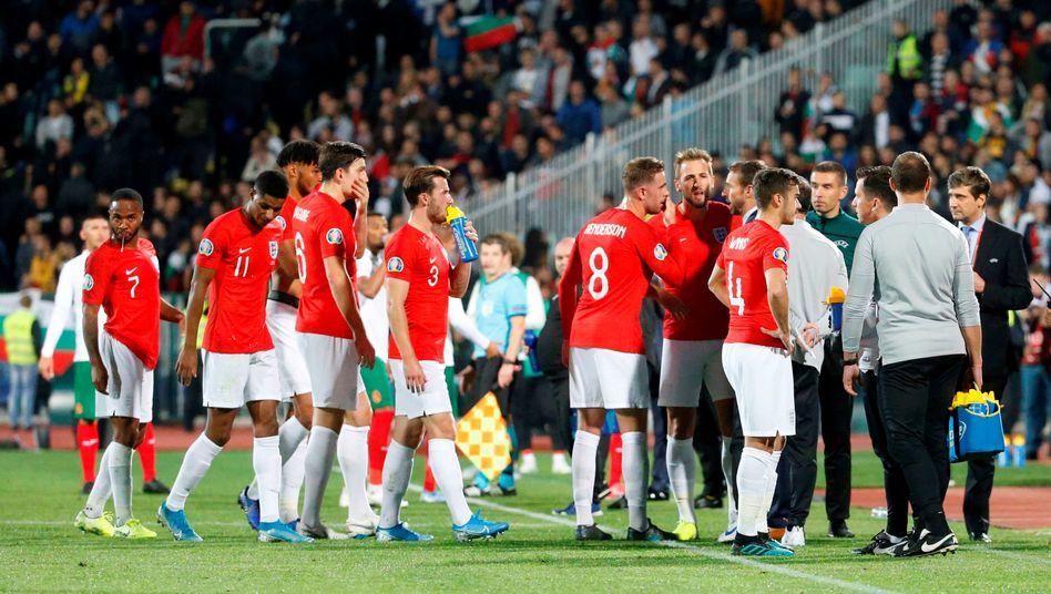 Englands Spieler während einer Spielunterbrechung: Ermahnungen per Lautsprecher