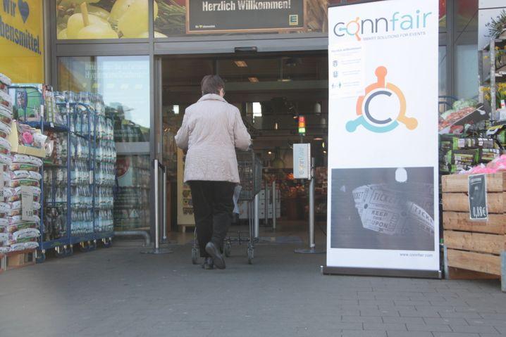 Ampelsystem vor einem Supermarkt: Sobald die vorgegebene Anzahl erreicht ist, schaltet die Ampel auf Rot