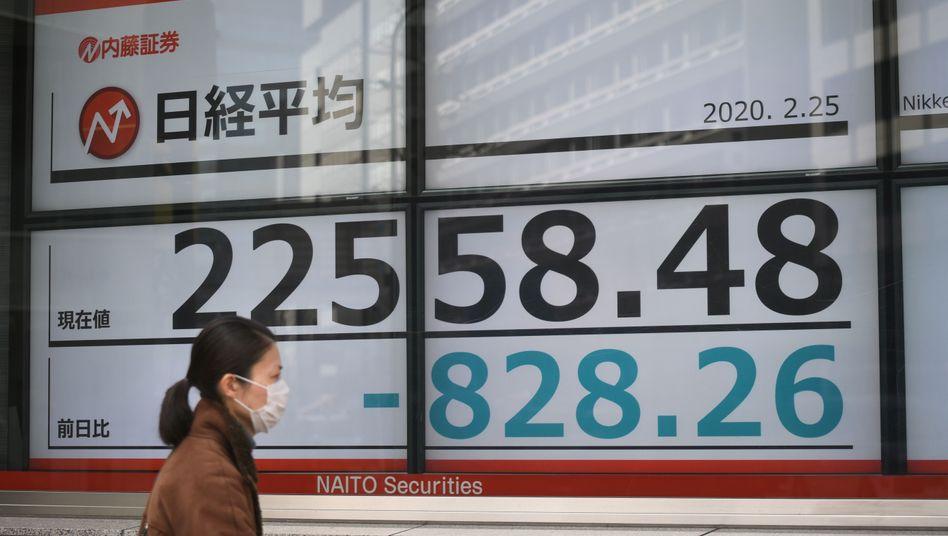 Passantin in Tokio vpr Börseninformationen: Die Aussichten sind eher düster