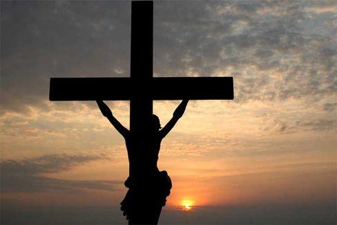 """Christliches Kreuz im Sonnenuntergang: """"Suche: gekreuzigt, ersetze durch: gesteinigt"""""""