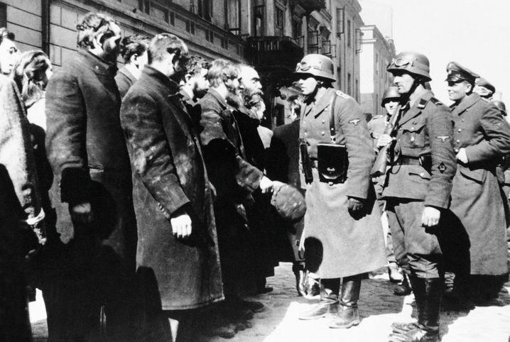 Deutsche Soldaten 1943 im Warschauer Getto
