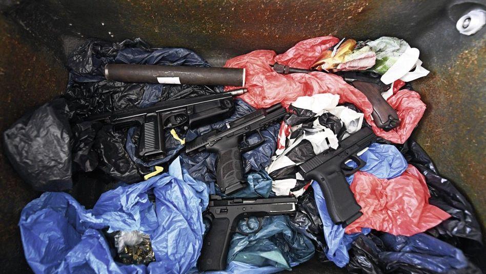 Pistolen aus einem Erddepot am Autobahnkreuz Köln-Ost: »Falls dein zukünftiger Kunde Munition benötigt, hab grad was da«