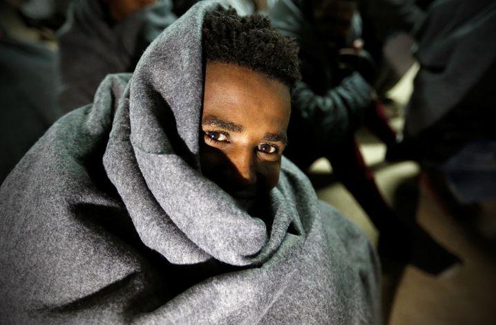 Migrant im Hafen von Libyen: Auf dem Weg ins Internierungslager