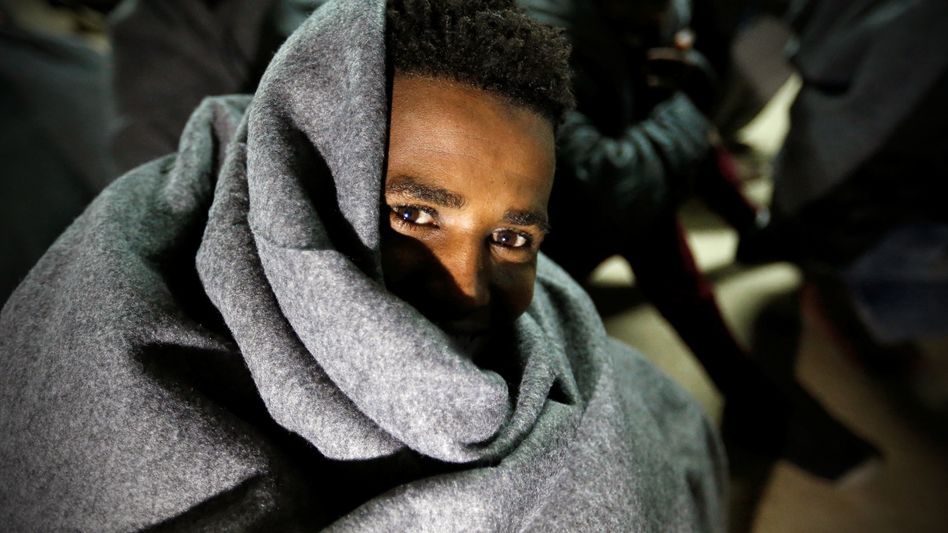 Ein Migrant auf einem Schiff der libyschen Küstenwache