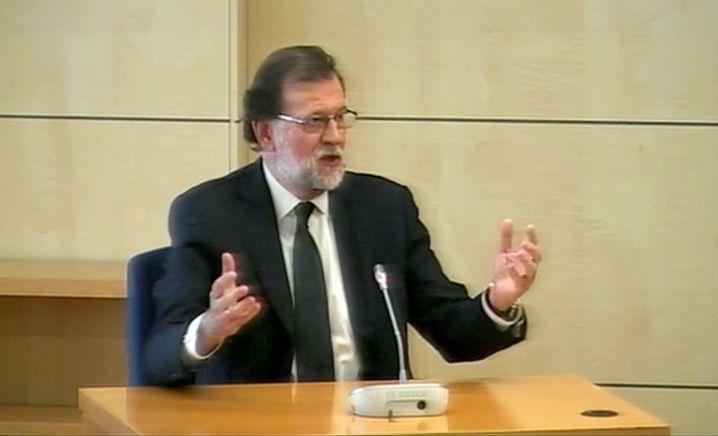 Extrawurst für den Ministerpräsidenten: Mariano Rajoy durfte neben dem Richter Platz nehmen