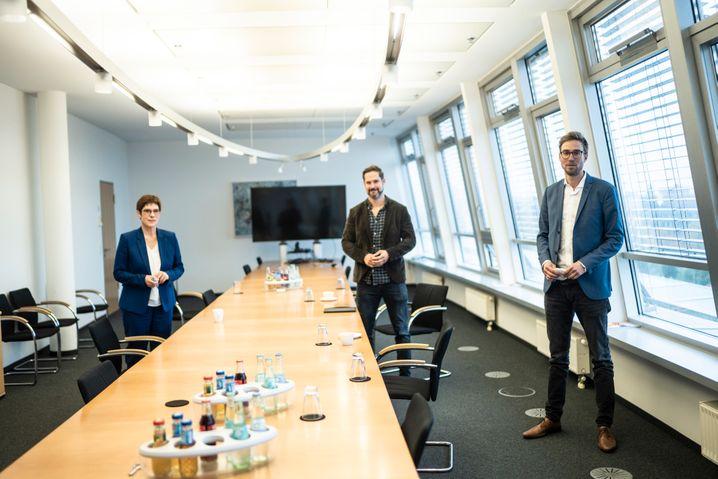 Kramp-Karrenbauer mit den SPIEGEL-Redakteuren Christoph Hickmann und Veit Medick