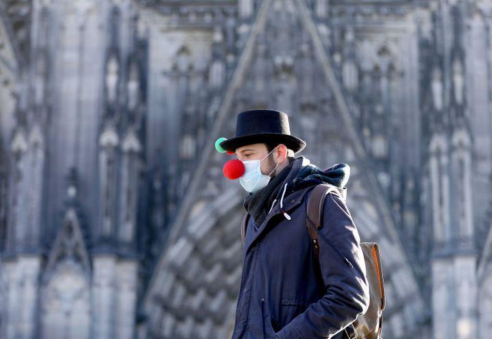 Pappnase trotz fehlenden Straßenkarnevals: Szene vor dem Kölner Dom