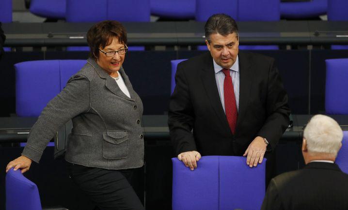 Gabriel (r.) und die designierte Amtsnachfolgerin Brigitte Zypries