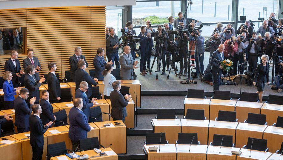 Die AfD-Fraktion applaudiert Thomas Kemmerich nach seiner Vereidigung im Thüringer Landtag zu seiner Wahl als Ministerpräsident