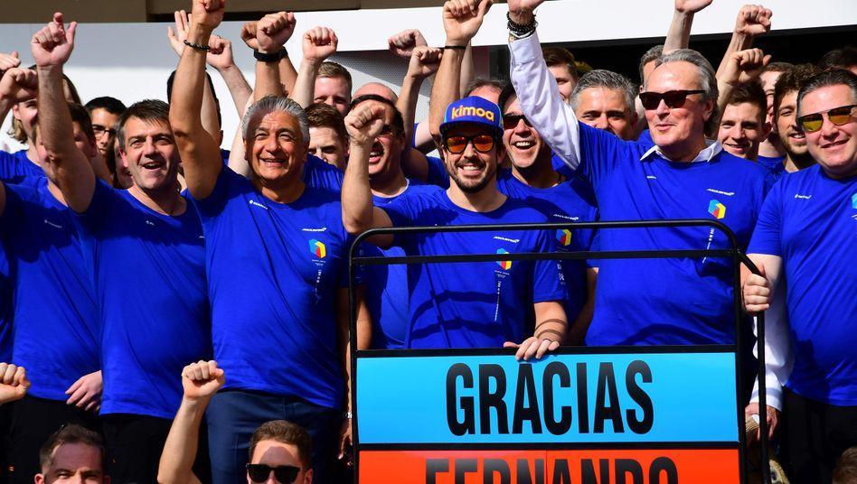 Fernando Alonso (mit Mütze) und das McLaren-Team