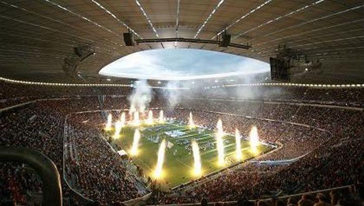 Fußballtempel Allianz-Arena: Pilger und pitschnasse Rockopas