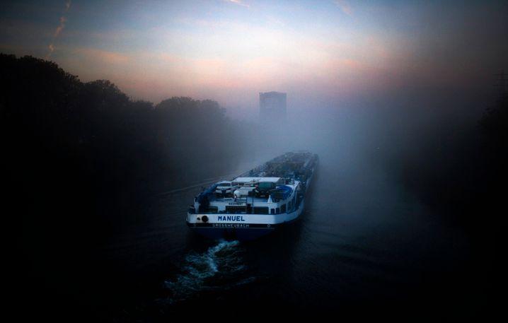 Binnenschifffahrt auf dem Rhein-Herne-Kanal bei Oberhausen: Die frühere Bergbaustadt leidet bis heute unter den Folgen des Strukturwandels