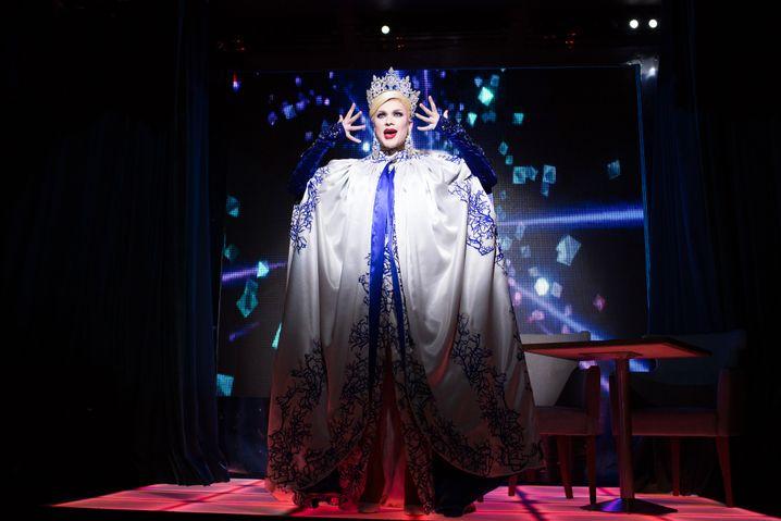 """Gerda auf der Bühne, sie tanzt zu """"I am, who I am"""" von Lara Fabian"""