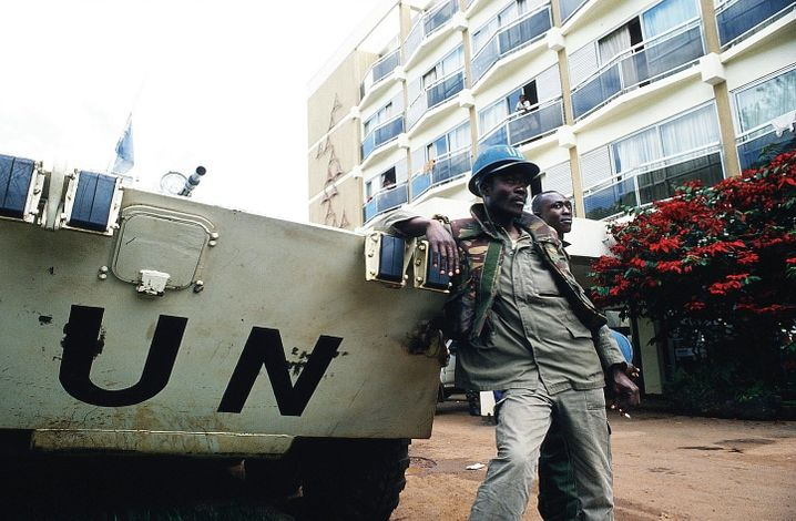 UN soldiers in front of the Hôtel des Mille Collines in 1994: An orgy of violence