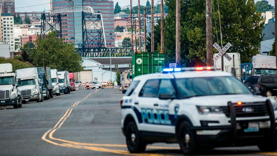 Polizeifahrzeug in der Nähe des Arrestzentrums in Tacoma, USA
