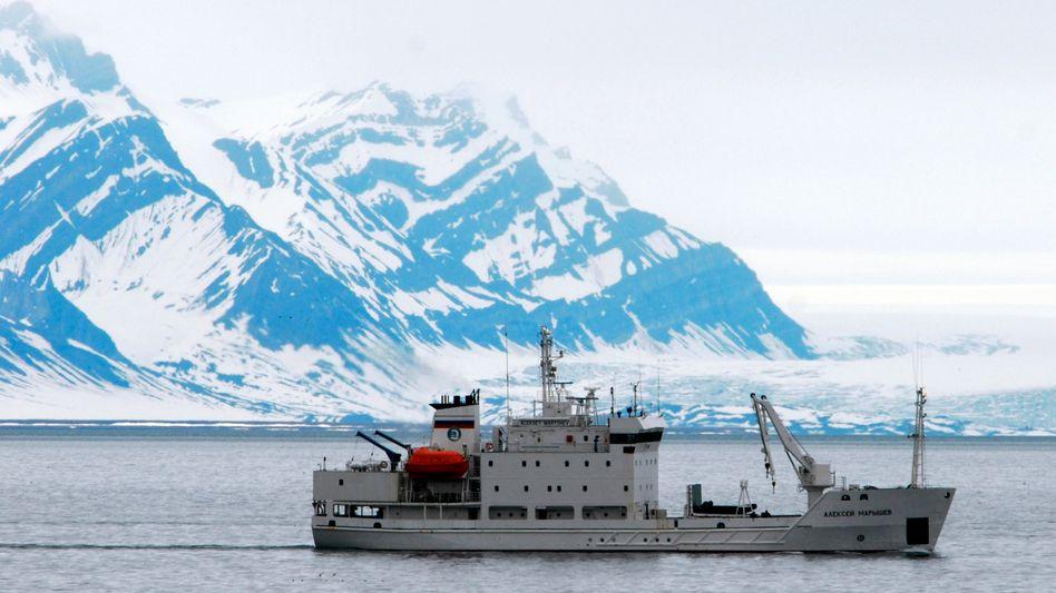 """Russisches Schiff vor Spitzbergen (Archivbild): """"Zu viel Wärme im Wasser"""""""