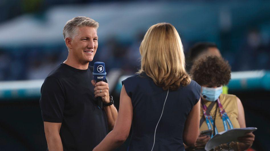 Experte Bastian Schweinsteiger, ARD-Moderatorin Jessy Wellmer während des EM-Spiels Ukraine gegen England