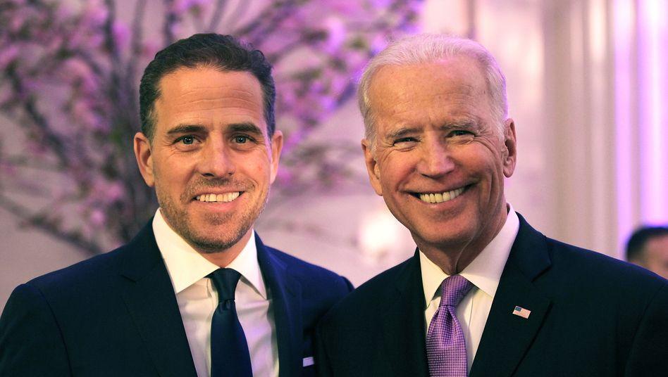 Joe Biden (r.) und sein Sohn Hunter (Archivaufnahme von 2016)