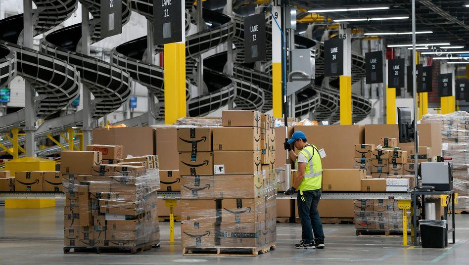 Arbeiter in einem Amazon-Lager in Thornton, Colorado (2019): Die aufgestockte Arbeitslosenhilfe übersteigt das übliche Einkommen vieler Geringverdiener