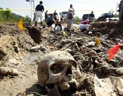 """""""Schwierig, sich den Horror vorzustellen"""": Forensische Experten untersuchen im August 2002 ein Massengrab, in dem mehr als hundert Opfer des Srebrenica-Massakers begraben waren"""
