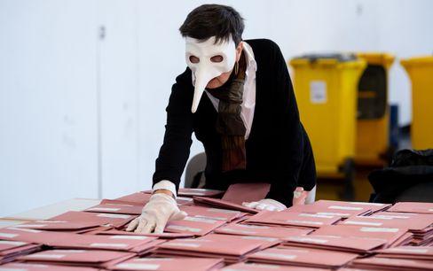 Wahlhelferin mit der Pestmaske bei der Auszählung