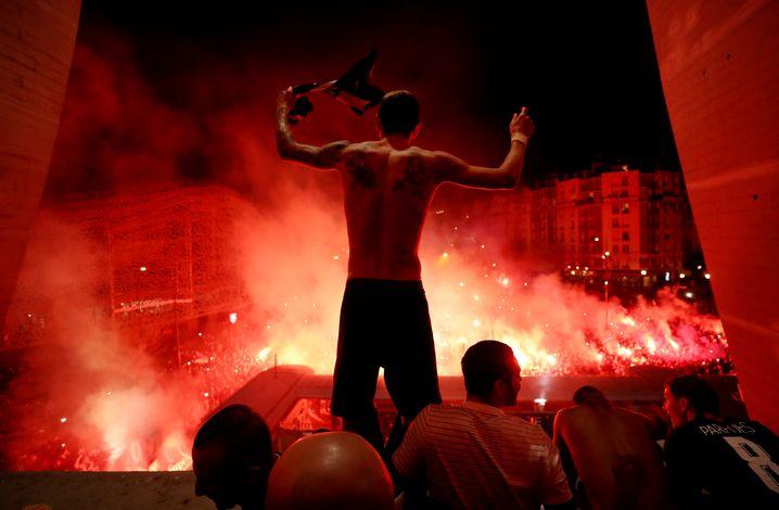 Nach dem Champions-League-Spiel von Paris St. Germain, das ohne Zuschauer stattfand, feierten PSG-Fans vor dem Stadion