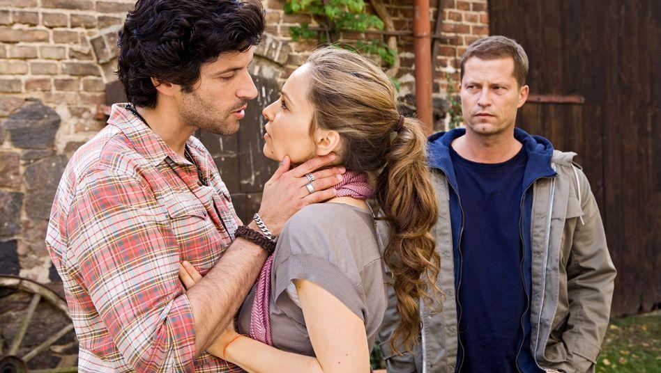 """Star im Hintergrund: Pasquale Aleardi, Mina Tander und Til Schweiger in """"Männerherzen 2"""""""
