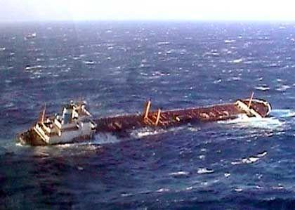 """Der Tanker """"Prestige"""" war in der vergangenen Woche in einen Sturm geraten und dabei leckgeschlagen"""
