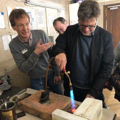 Robert Habeck übt beim Goldschmied in Winsen an der Luhe
