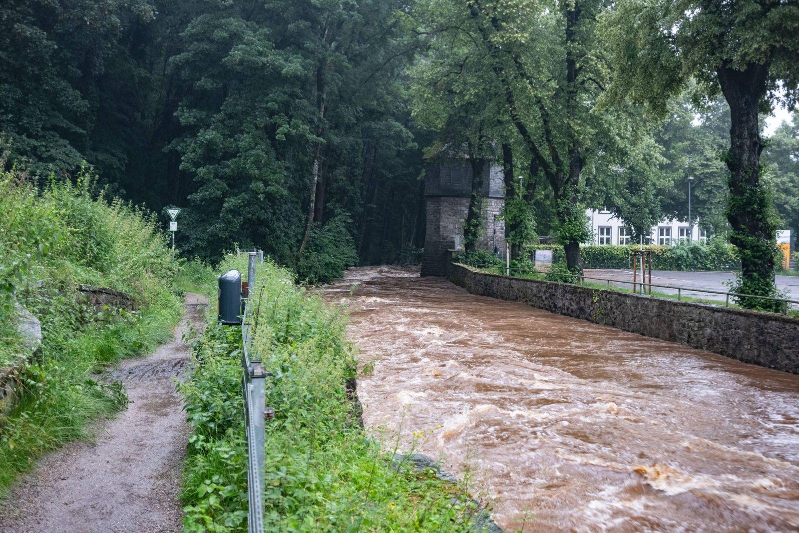 Die Altstadt von Kornelimuenster steht unter Wasser. Teilweise sind die Haeuser bereits ueberflutet. Keller stehen unte