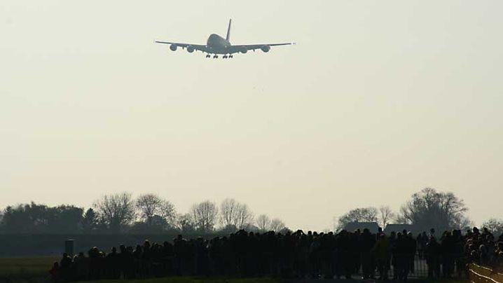 Airbus-Landung: Tausende begrüßen A380 in Finkenwerder