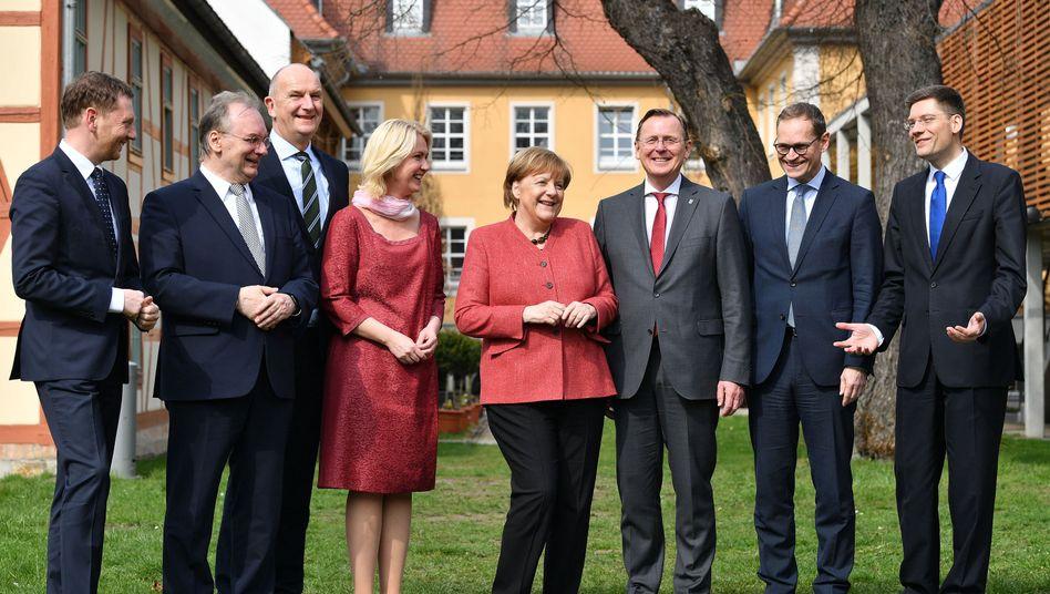 Ost-Ministerpräsidenten mit Kanzlerin Merkel und Berlins Regierendem Bürgermeister Müller sowie Ostbeauftragtem Hirte