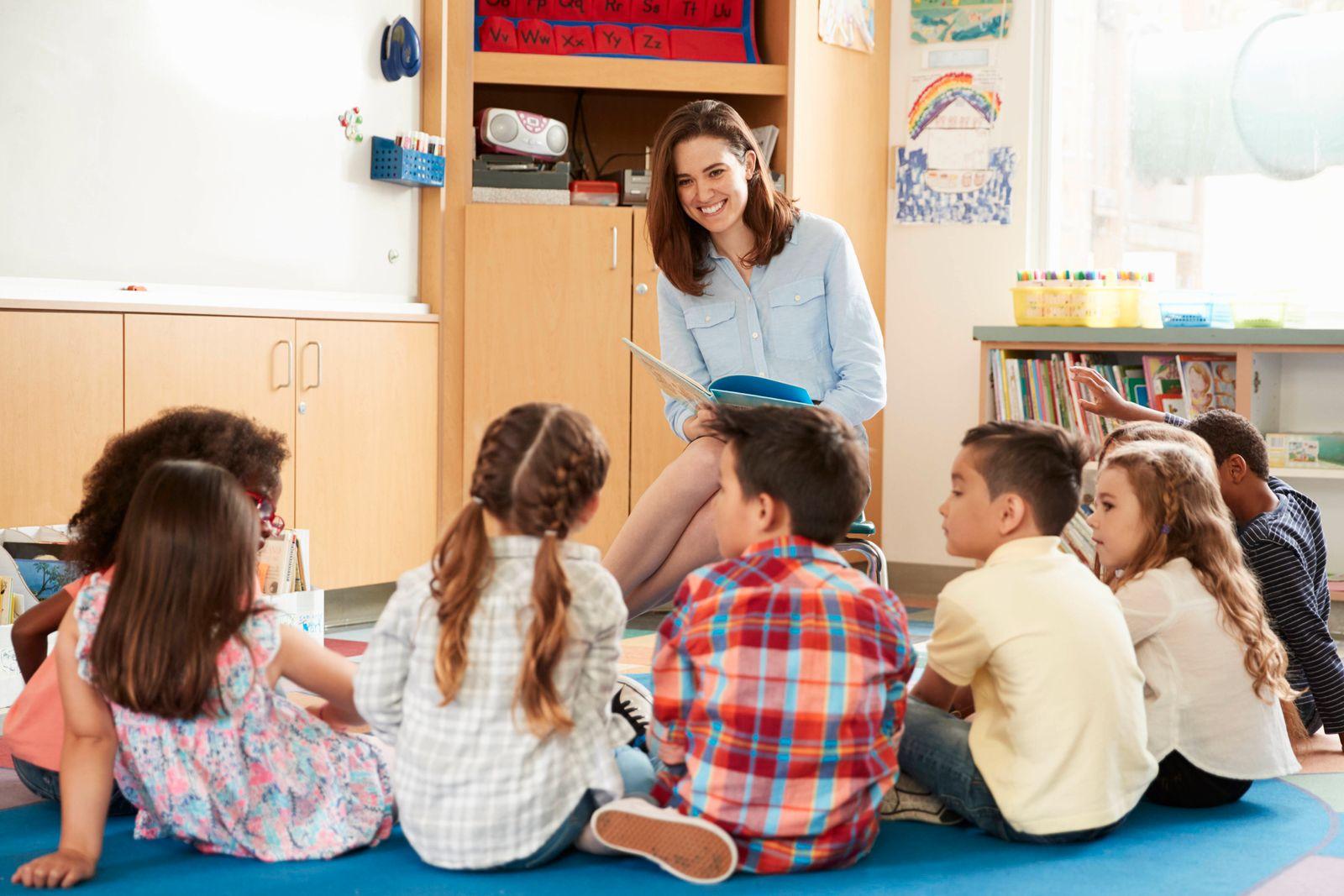 kindergruppe,kindergarten,vorlesen,kindergärtnerin *** children group,preschool,storytelling,children gardener mmq-w92,