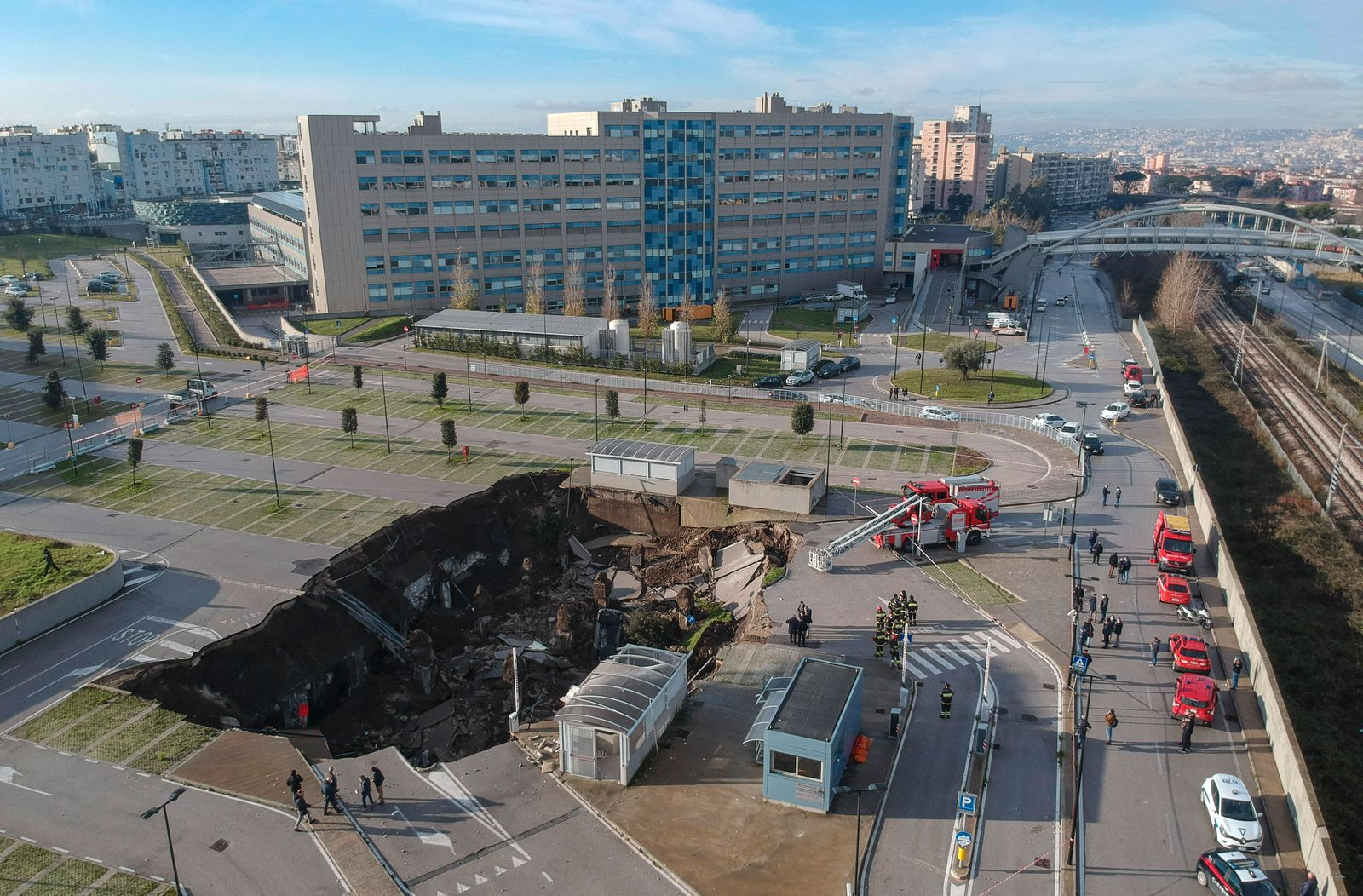 Naples, a huge chasm this morning in the parking area of the Sea Hospital in Ponticelli, the Covid residence is evacuat