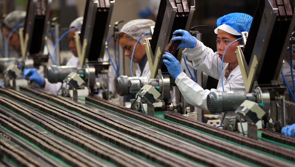 Frauen am Fließband: Vor allem in der Industrie wird oft im Dreischichtsystem rund um die Uhr gearbeitet
