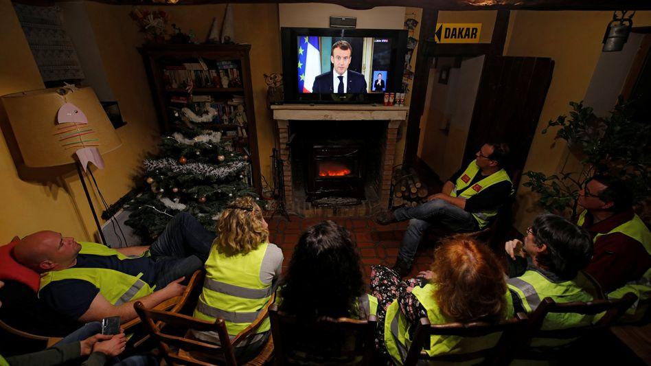 """""""Gelbwesten""""-Anhänger schauen die Macron-Rede"""