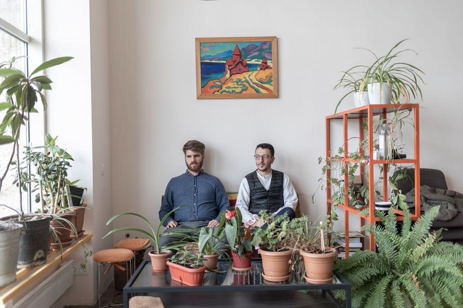 Vache Asatrian und Raffi Elliott in ihrem Büro in Eriwan