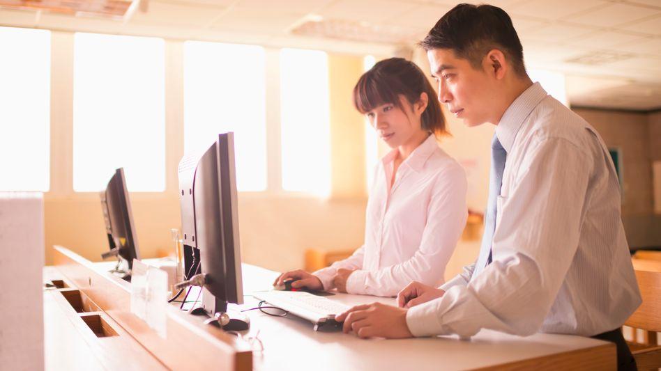Ist es gesünder, im Stehen zu arbeiten? (Symbolbild)