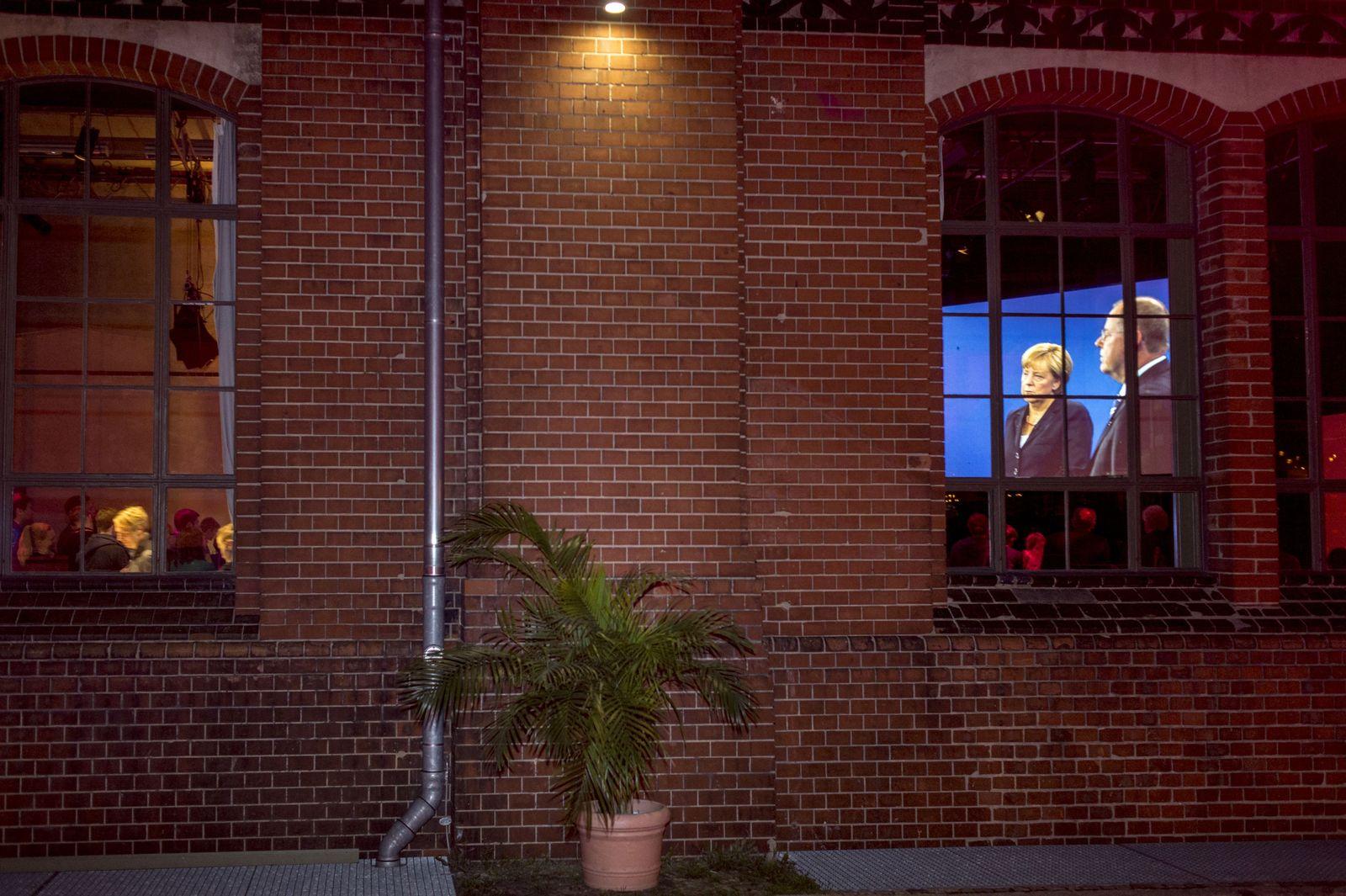 EINMALIGE VERWENDUNG NUR FÜR SPIEGEL Plus SP 35/2017, S, 34 TV-Duell Steinbrück / Merkel