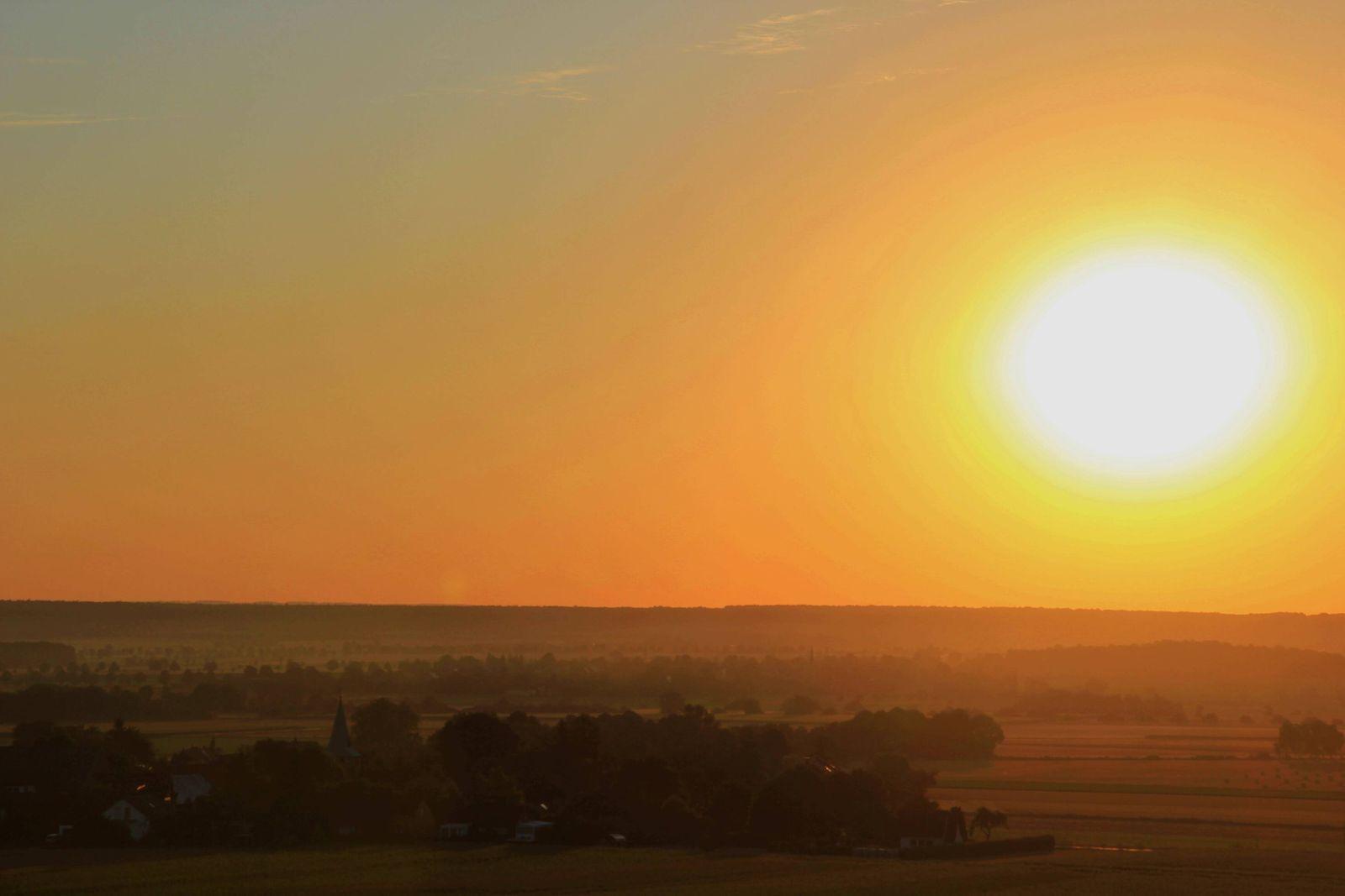 Sonnenaufgang über dem Oderwald Wolfenbüttel. Um genau 5:45 lugte die Sonne über dem Horizont und erstrahlte den Landkr